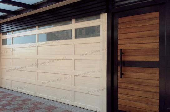 ประตูบานแขวนสีขาว