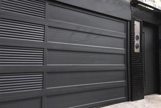 ประตูบานแขวนสีดำ